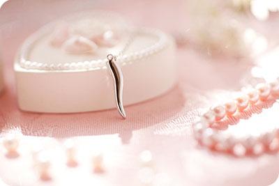 この「デコルテ美人」は、ネックレスの止め具が前にまわってくるのを防ぐジュエリーパーツです。