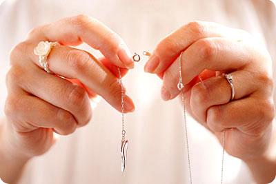 ネックレスのプレート部分にデコルテ美人を取り付けます。
